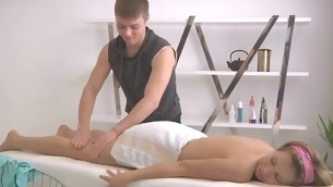 Masseur gives playgirl a lusty vibrator satisfying during massage